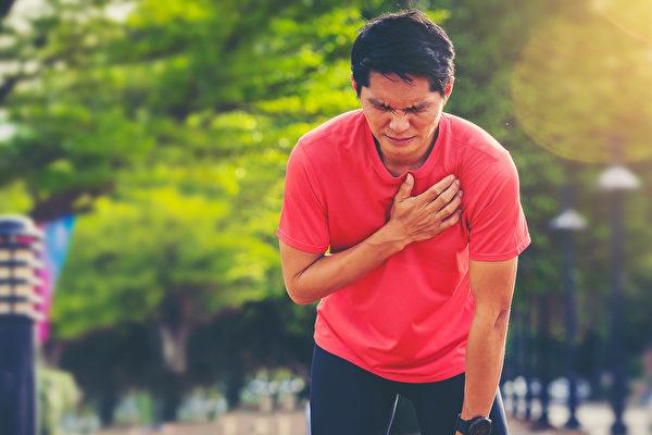 胸闷、胸痛可能是小毛病,也可能是心肌梗塞等致命疾病。(Shutterstock)