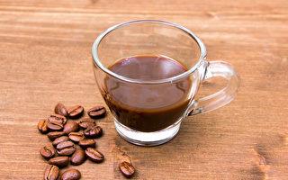 咖啡虽然能提神、抗氧化,但摄取太多咖啡因则会引起疲劳,带来副作用。(Shutterstock)