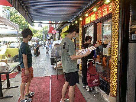 """""""上海豫园""""外排队点餐的顾客。"""