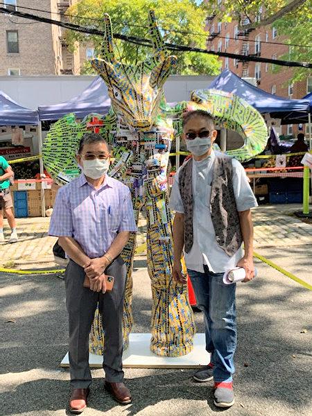 """台湾艺术家林世宝利用3,000张地铁卡制作""""牛转乾坤""""室外装置艺术,藉寓意""""扭转乾坤""""并期待社会复苏。左起:顾雅明、林世宝。"""