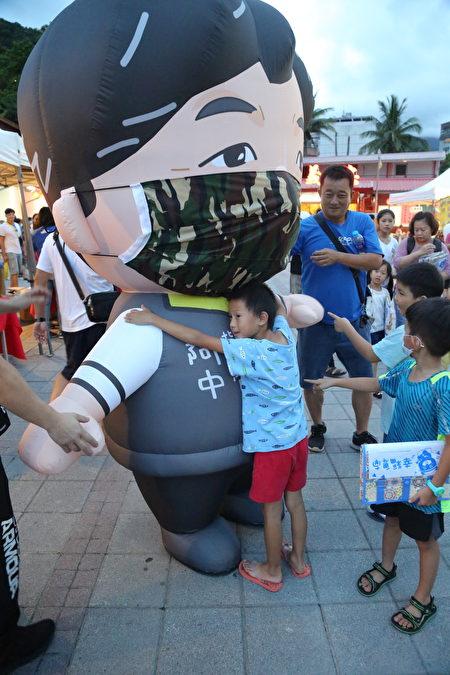知本温泉热气球光雕音乐会,民众与阿中部长公仔合影。