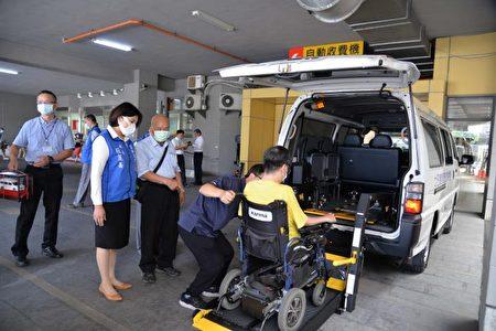 王金員先生以妻之名捐贈的復康巴士,造福身障朋友。