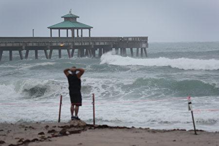 热带风暴伊萨亚斯将于3日晚至4日晚间影响大纽约地区。图为8月2日佛州海边的风浪渐增。