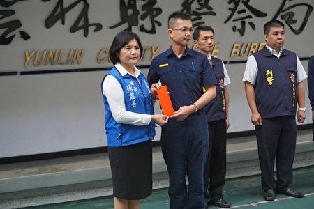 县长张丽善颁发奖金肯定员警辛劳。