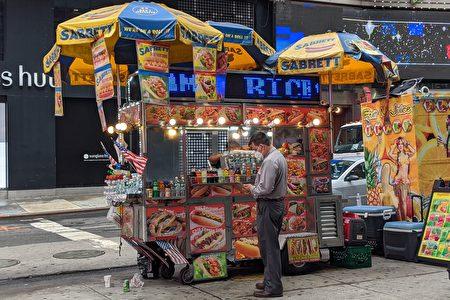 图为曼哈顿时代广场附近贩售热狗的餐车。