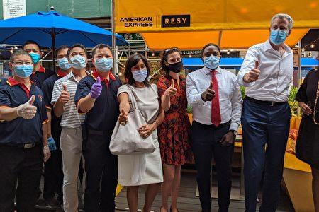 图为市长白思豪(右一)与市府官员、新和合饭店老板和员工合影。