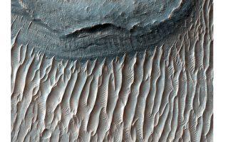 研究发现火星上巨型沙浪在移动