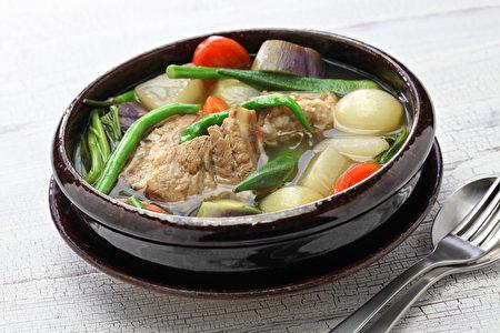 温士凯于菲律宾潜水后必吃一碗热腾的Sinigang补充体力。