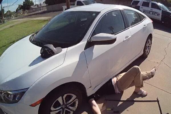 美国警察手抬3000磅轿车 救出被压男子