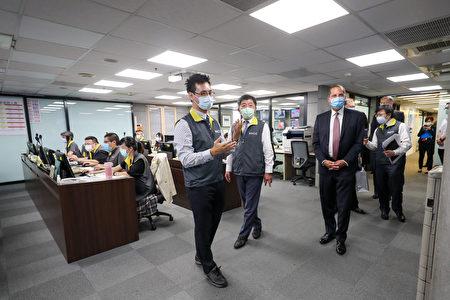 美國衛生部長艾薩(Alex Azar)(前右)10日下午率團參訪中央流行疫情指揮中心,由衛福部長、指揮中心指揮官陳時中(前右2)陪同。