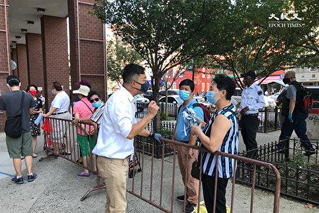 市议员陈倩雯办公室代表陈少风现场协助居民了解活动。