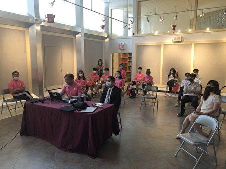 纽约华侨文教服务中心主任黄正杰(中)与FASCA学员认真听取简报。