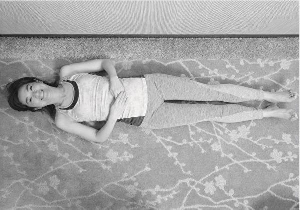 让膝关节重返年轻的体操之:仰躺抬脚体操。步骤一。(原水文化提供)