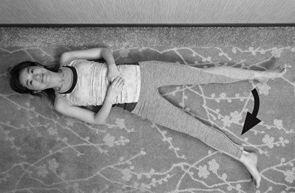 让膝关节重返年轻的体操之:仰躺抬脚体操。步骤二。(原水文化提供)