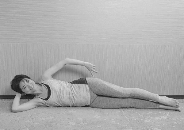 让膝关节重返年轻的体操之:侧躺抬腿体操。步骤一。(原水文化提供)