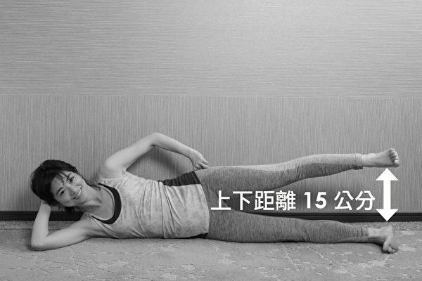 让膝关节重返年轻的体操之:侧躺抬腿体操。步骤三。(原水文化提供)