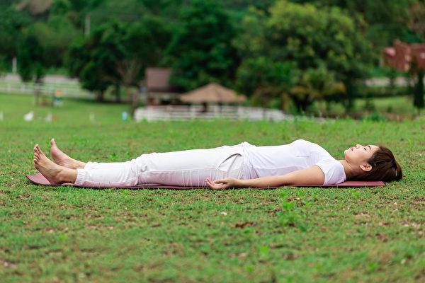膝盖疼痛与周围的肌肉力量强弱关系密切,教你2个躺姿动作锻炼肌力,让膝关节变年轻。(Shutterstock)