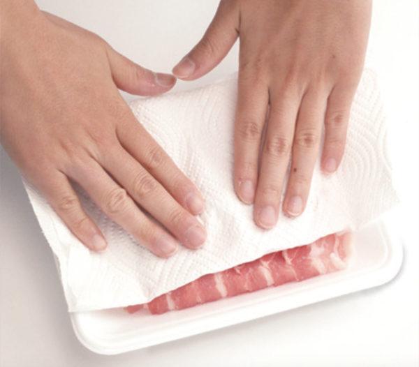 將肉類冷凍或冷藏保存時,送進冰箱前需要先用紙巾輕壓、吸乾血水。(方舟文化提供)