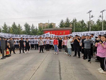 大午集團工人和村民分批到政府和公安局前討說法。(受訪者提供)