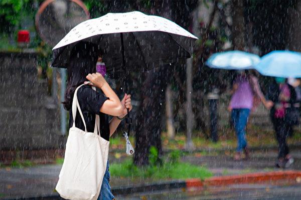 雨天濕氣重,當濕氣入侵體內,會造成許多不適。(陳柏州/大紀元)