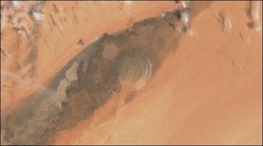 撒哈拉之眼位於撒哈拉沙漠中,如同一個顯眼的靶心。此圖攝於2002年3月11日。(NASA)