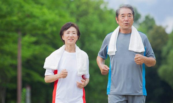 正确的健走方式让你一边走路一边护膝盖。(shutterstock)
