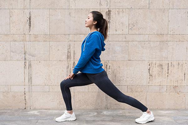 久坐族練習弓箭步,有助伸展髂腰肌。(Shutterstock)