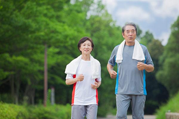正確的健走方式讓你一邊走路一邊護膝蓋。(shutterstock)