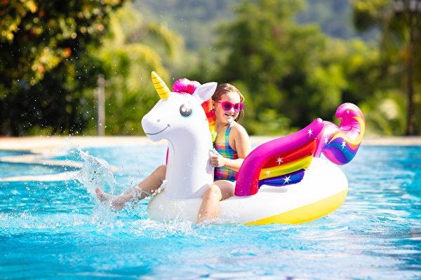 希臘女童騎「獨角獸」出海闖蕩 嚇壞爸媽