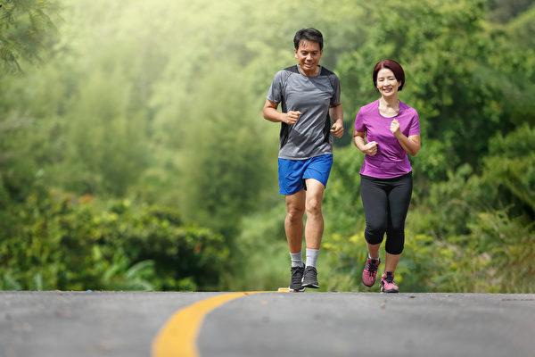 从40岁开始预防失智很关键,应多运动、保持社交活动,避开造成失智的风险因子。(Shutterstock)