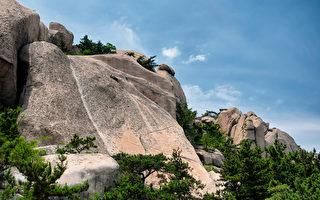 寮國和尚不用繩索打赤腳走上峭壁 遊客傻眼