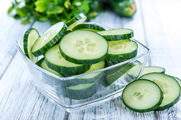 凉拌小黄瓜时加醋,可降低维生素C分解酶的活性。(Shutterstock)