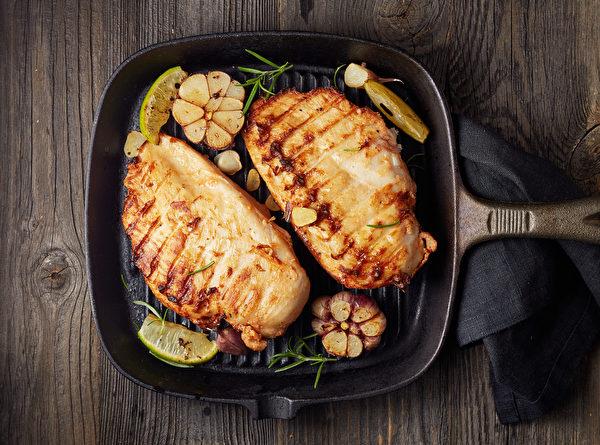 去除鸡胸肉的腥味不一定要先腌渍肉片,也可以直接和各类辛香料混合煎煮或烧烤。(shutterstock)