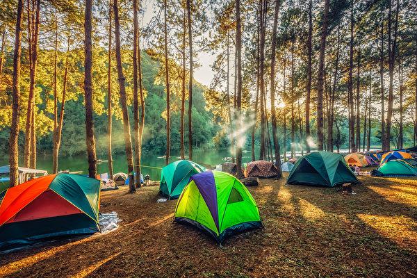 圖:受到疫情旅行限制的影響,今夏更多卑詩省民更喜愛到野外露營(Shutterstock)