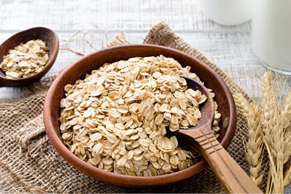 挑选燕麦产品时,以纯燕麦为佳。(Shutterstock)