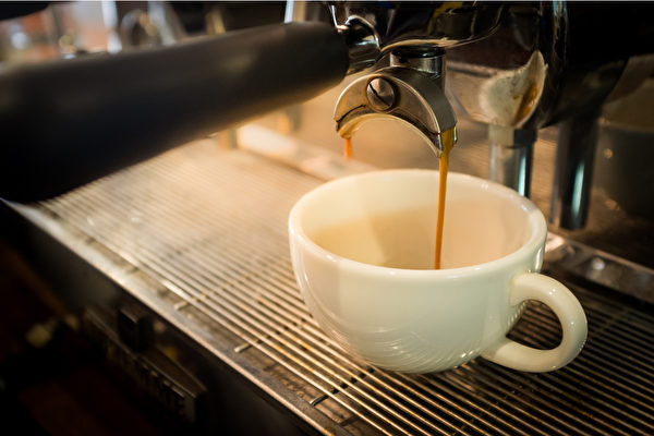 有燥热体质或慢性疲劳症候群等类型的人,不适合多喝咖啡,选择浅焙小杯为宜。(Shutterstock)