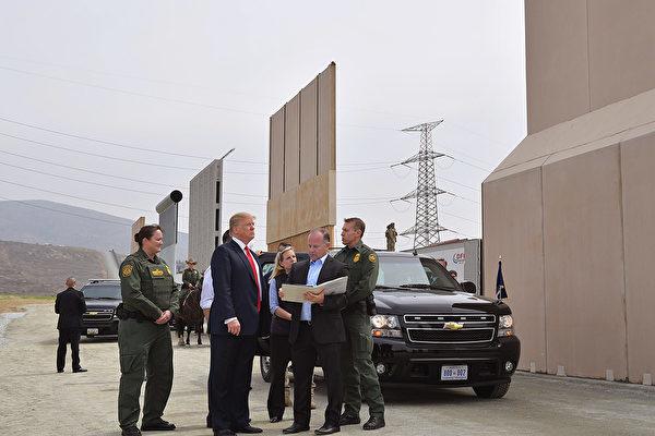 圖為美國總統特朗普2017年3月在聖地牙哥,視察八面邊境牆模型牆。 (MANDEL NGAN/AFP/Getty Images)