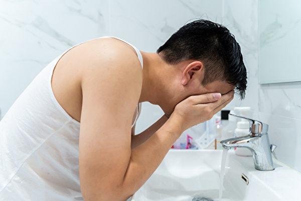 好好洗臉,皮膚保養就成功了一半。油性皮膚和乾性皮膚的人怎麼清潔?(Shutterstock)