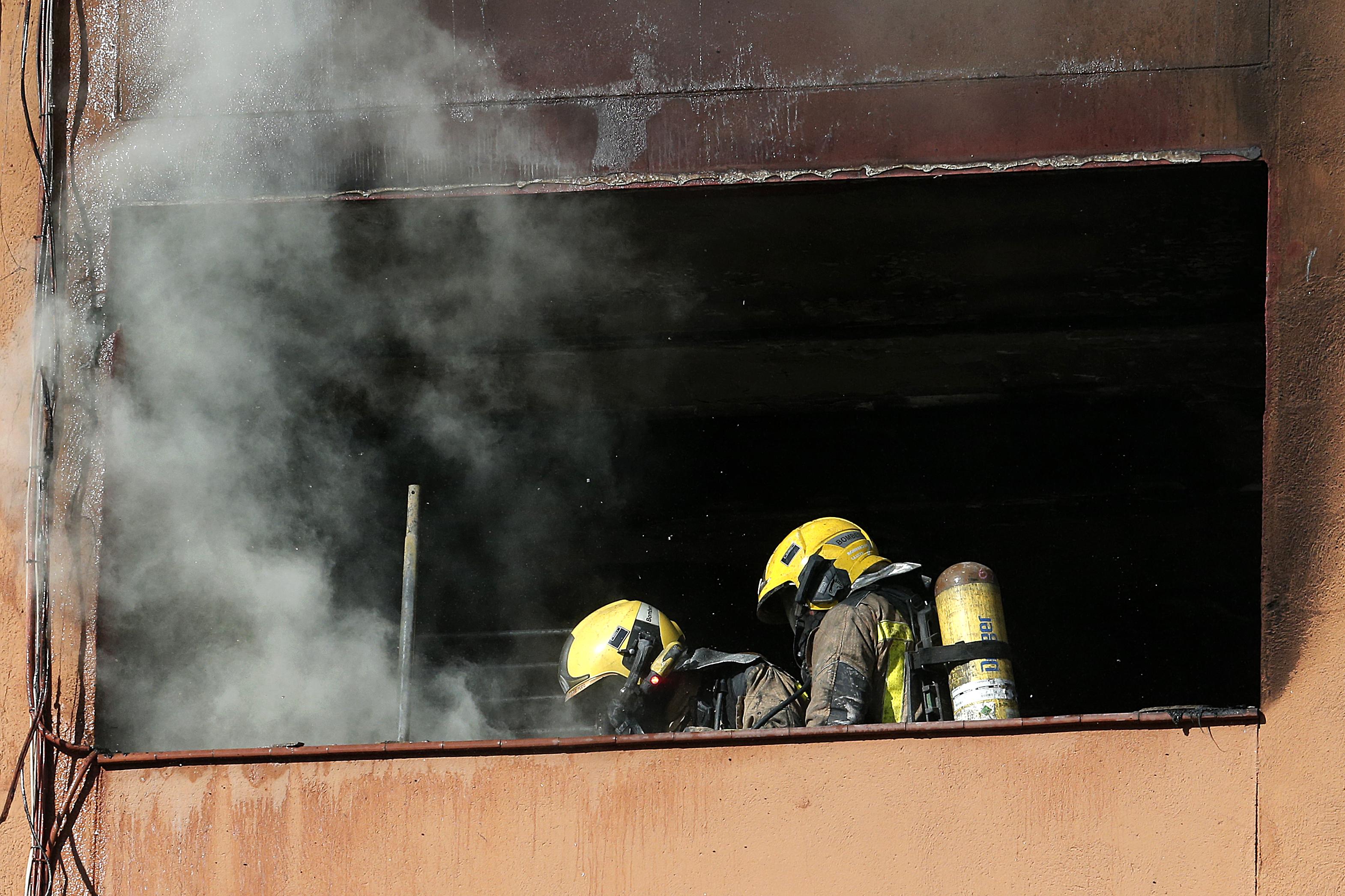 公寓失火俄女在3樓急扔2兒 鄰居拿毯子接