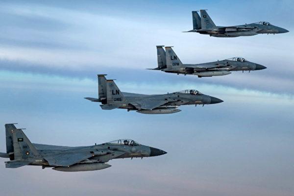 战机在天上飞如何拍? 请看摄影师幕后花絮