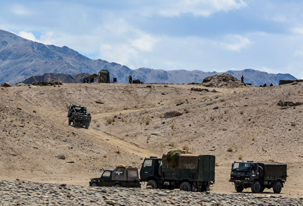 2020年7月4日,印度軍車沿著中印邊境的山路行進。(Mohd Arhaan ARCHER/AFP)