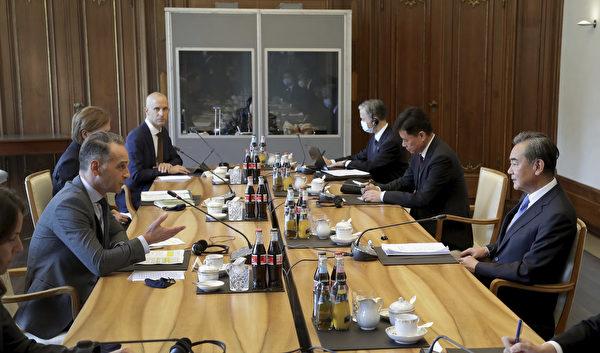 2020年9月1日,德國外長馬斯和中共外交部長王毅在德國柏林舉行會議。(Michael Sohn/POOL/AFP)