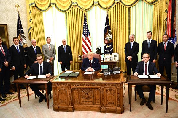 9月4日,特朗普總統在科索沃總理霍蒂(右)和塞爾維亞總統武契奇(左)簽署協議之前發表講話。 (Photo by Brendan Smialowski/AFP)