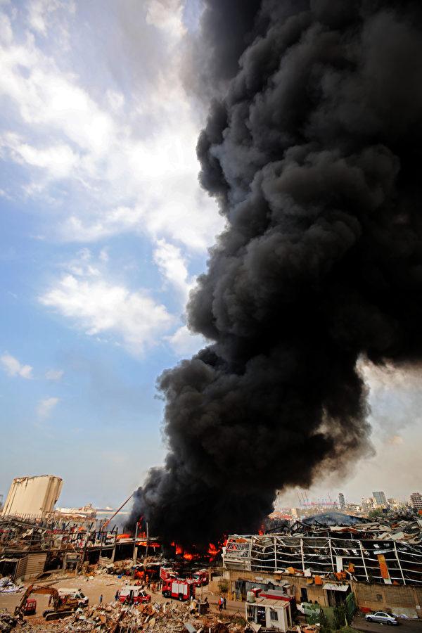 在黎巴嫩首都貝魯特發生慘烈大爆炸後一個多月,2020年9月9日,貝魯特港再次發生大火,現場濃煙滾滾。(ANWAR AMRO/AFP)