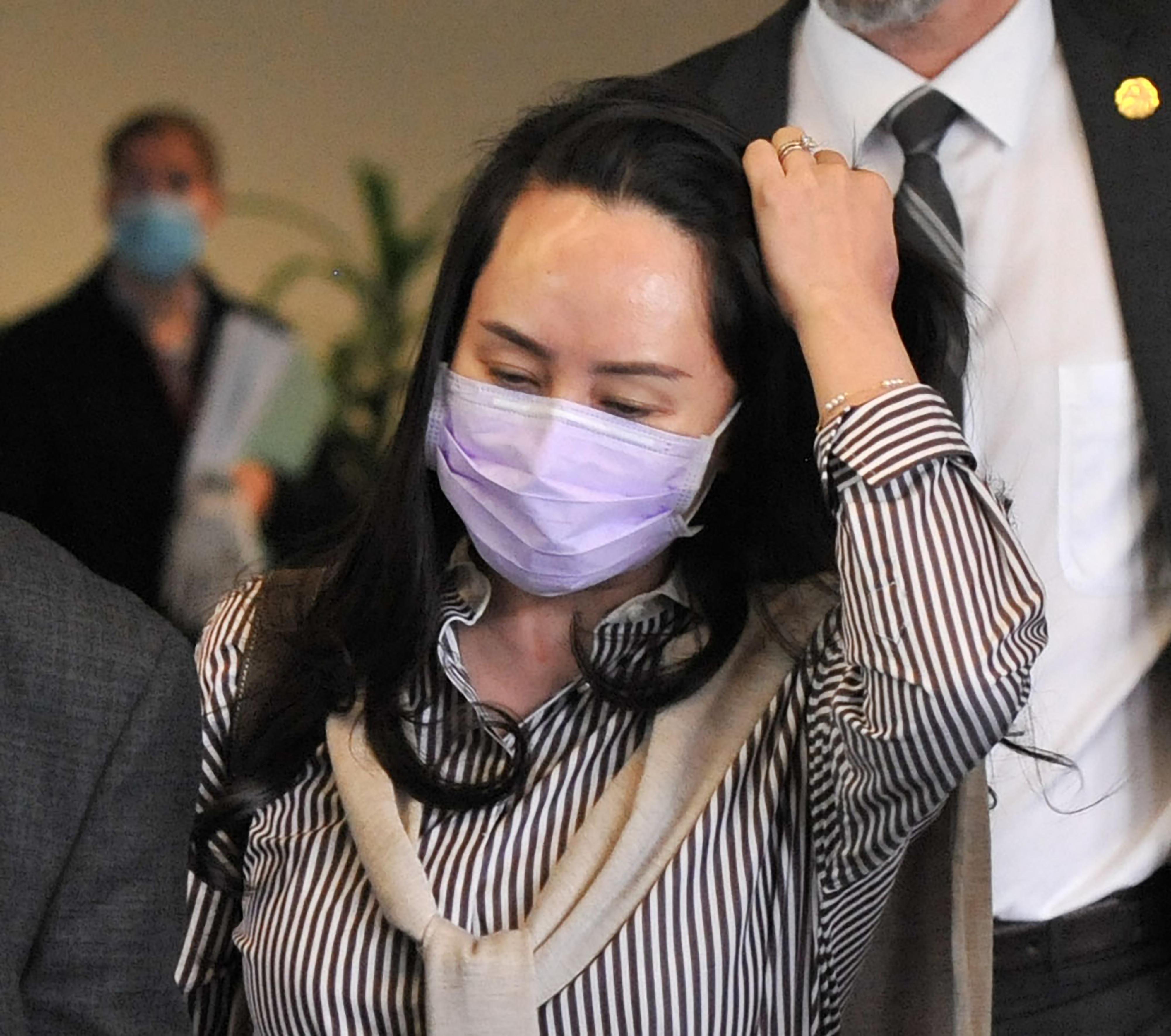 孟晚舟出庭戴粉紫色口罩「Made In Taiwan」搶眼