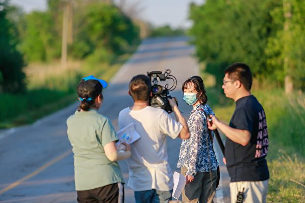 馮娟在拍攝中,她與女主角有著相似的經歷:在絕望中法輪大法挽救了自己的生命。(新世紀影視基地提供)