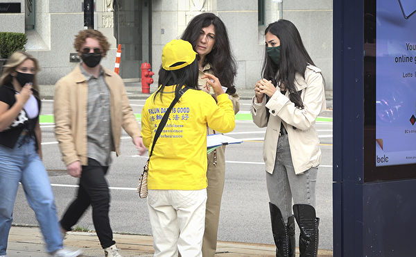 2020年9月27日下午,溫哥華部份法輪功學員在藝術館前舉辦活動,路人駐足詢問。(大宇/大紀元)