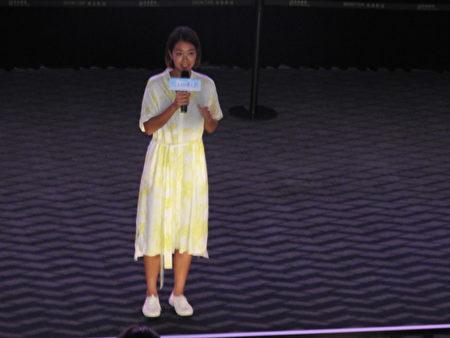 """热门国片《消失的情人节》女主角李霈瑜(大霈)(前中)9月21日晚上,在嘉义秀泰影城举行的放映会中致词。她告诉观众,片中""""杨晓淇""""有些粗鲁的形象是""""演""""出来的,不是她平常的模样喔!俏皮的喊话,逗得全场哈哈大笑。"""