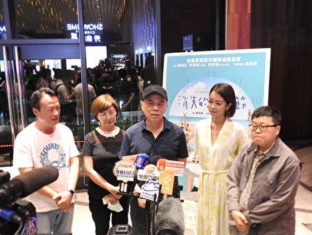 热门国片《消失的情人节》,9月21日晚上在嘉义秀泰影城举行放映会,放映前该片导演陈玉勋(中)接受媒体联访。