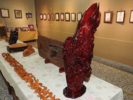 """在高明寺所举办的""""高基培老师木雕个展""""中,展出《飞龙在天》,系用台湾桧木雕刻而成,高3尺,雕工精细,象征辉煌腾达。"""